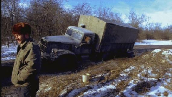 Ciężarówka w błocie rozmarzającego błota